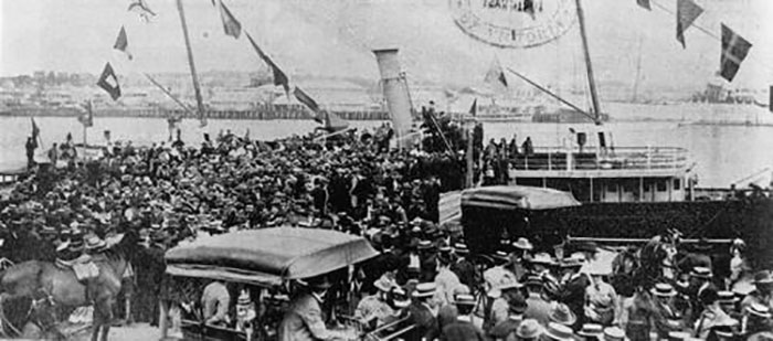 People jostled on Queen's Wharf when the Lucinda arrived with members of the Queensland Imperial Bushmen home from the Boer War.